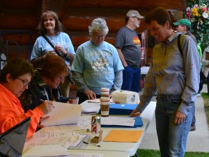 Cindy Abbott signs up for the 2014 Iditarod